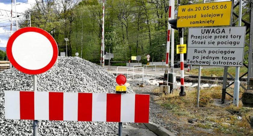 Absurdy, Karetka sygnale utknęła przed remontowanym przejazdem - zdjęcie, fotografia