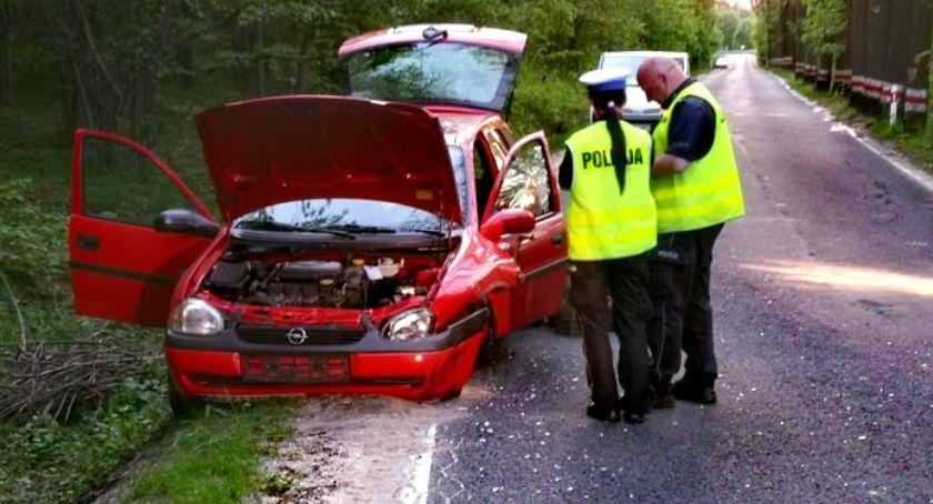 Wypadki drogowe, Groźne zderzenie motocyklisty autem osobowym - zdjęcie, fotografia