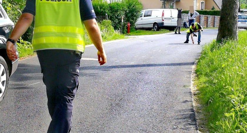 Wypadki drogowe, Nastolatek potrącony przez samochód Mysłakowicach - zdjęcie, fotografia