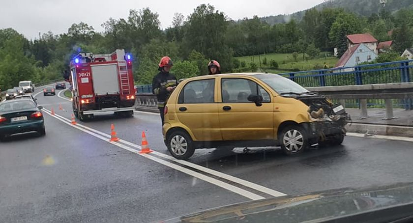 Wypadki drogowe, Wpadł poślizg uderzył bariery - zdjęcie, fotografia