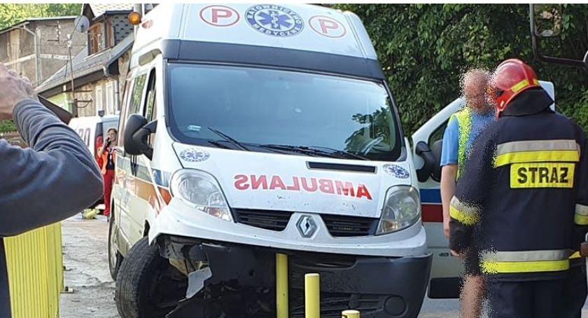 Wypadki drogowe, tragedii Kowarach Rozpędzony ambulans wjechał chodnik - zdjęcie, fotografia