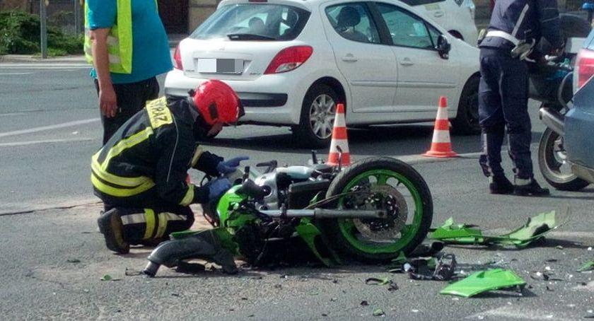 Wypadki drogowe, Placu Wyszyńskiego motocyklista zderzył autem osobowym - zdjęcie, fotografia