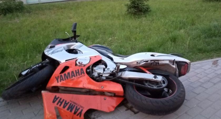Wypadki drogowe, Zderzenie samochodu motocyklem Motocyklista zbiegł miejsca zdarzenia - zdjęcie, fotografia