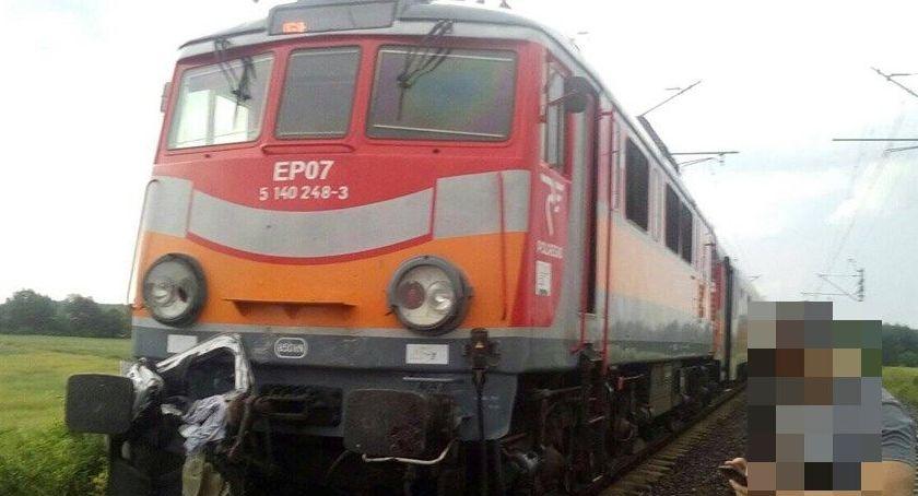 Wypadki drogowe, Samochód wjechał pociąg żyje osób - zdjęcie, fotografia