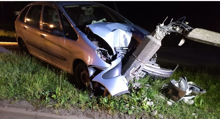 Wypadki drogowe, Citroen ściął betonową latarnię - zdjęcie, fotografia