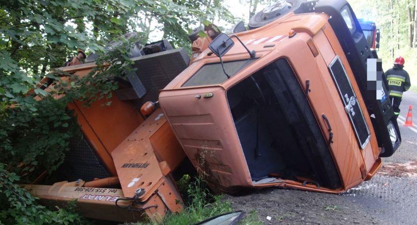 Wypadki drogowe, Przewrócona ciężarówka zablokowała przejazd - zdjęcie, fotografia
