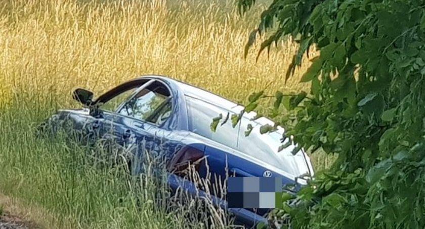 Wypadki drogowe, Brawurowa jazda zakończona rowie - zdjęcie, fotografia