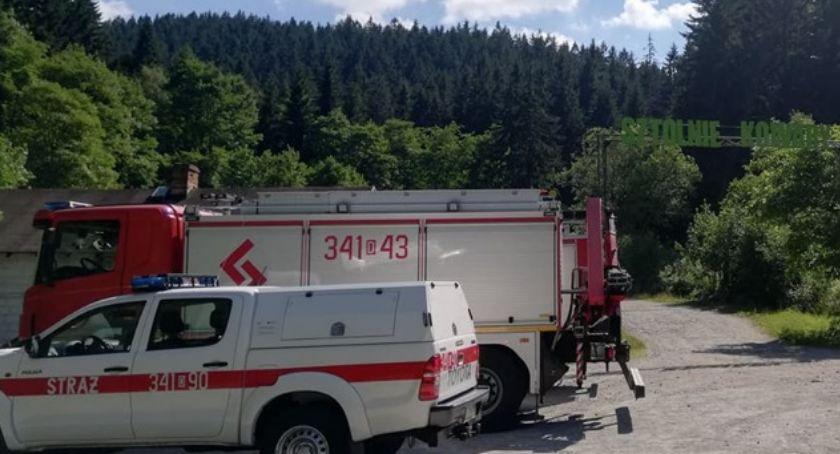 Interwencje, Ktoś rozlał śmierdzącą substancję parkingu Kowarach - zdjęcie, fotografia