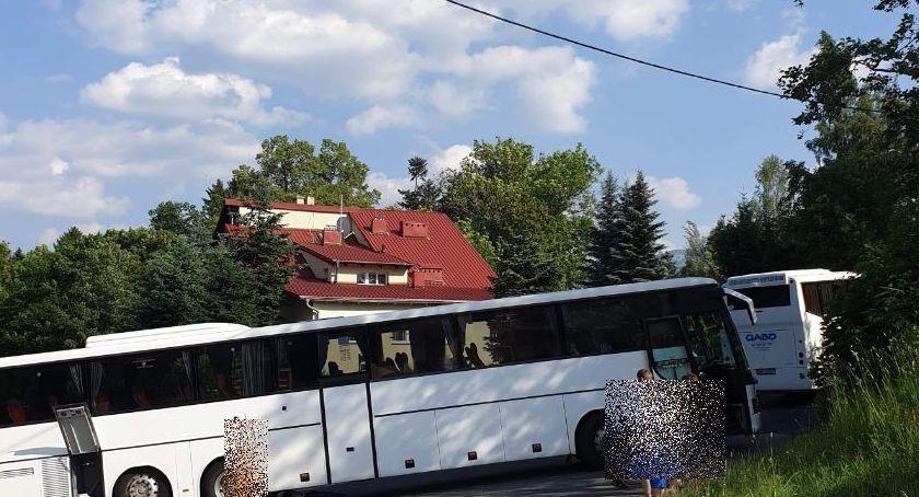 Interwencje, Szklarskiej Porębie autokar zablokował ulicę - zdjęcie, fotografia