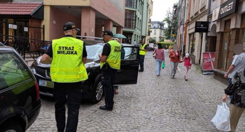 Ważne komunikaty, mandatów parkowanie centrum miasta - zdjęcie, fotografia