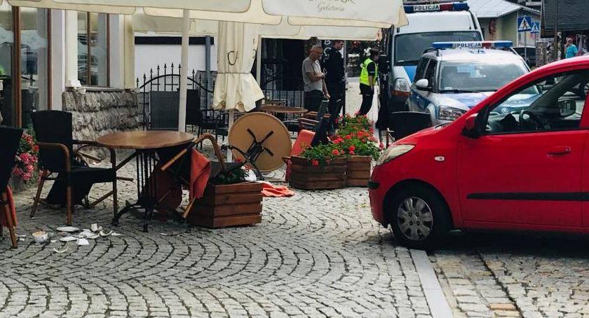 Wypadki drogowe, Wjechała stoliki restauracji Jedna osoba szpitalu - zdjęcie, fotografia