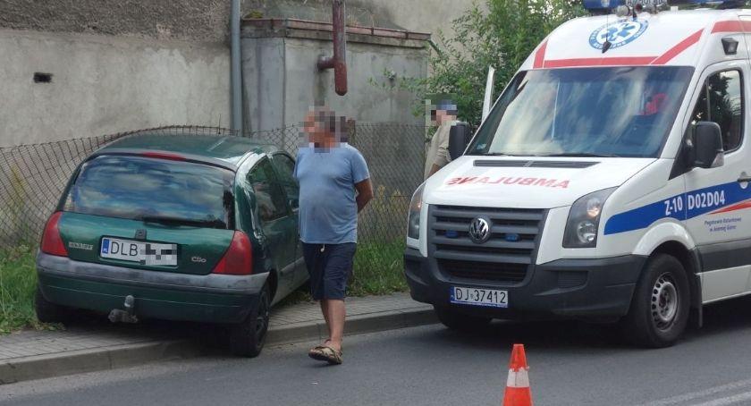 Wypadki drogowe, Zmęczony jazdą wjechał ogrodzenie - zdjęcie, fotografia