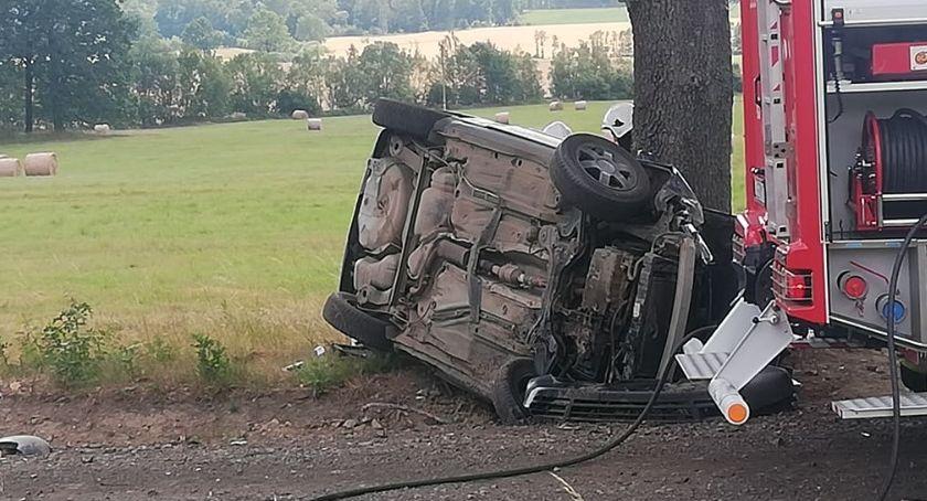 Wypadki drogowe, Dachowanie drodze Radomierza Janowic Wielkich Jedna osoba zakleszczona rozbitym pojeździe - zdjęcie, fotografia
