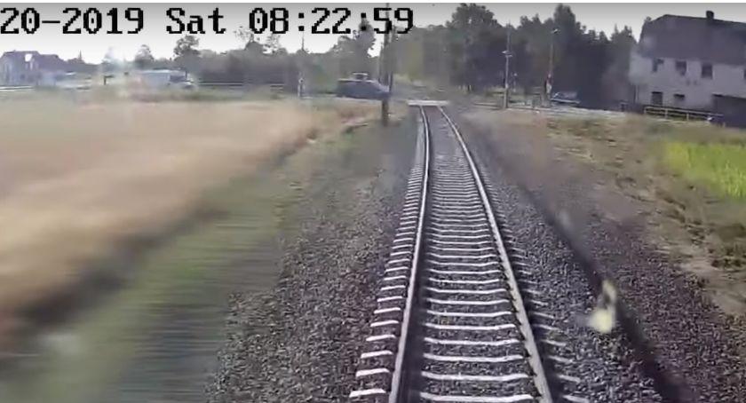 Absurdy, utknął przejeździe kolejowym zobacz nagranie perspektywy maszynisty! - zdjęcie, fotografia