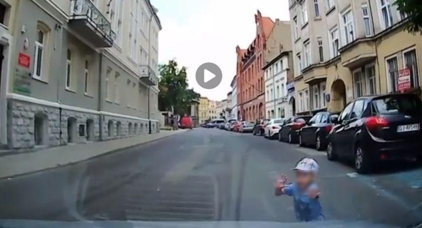 Absurdy, Dziecko wbiegło nadjeżdżający samochód - zdjęcie, fotografia