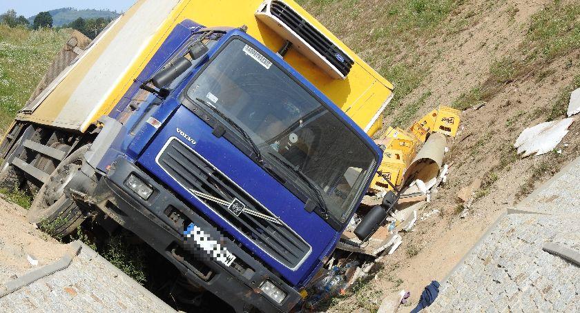Wypadki drogowe, Ciężarówka spadła skarpy Kierowca oszukał przeznaczenie - zdjęcie, fotografia