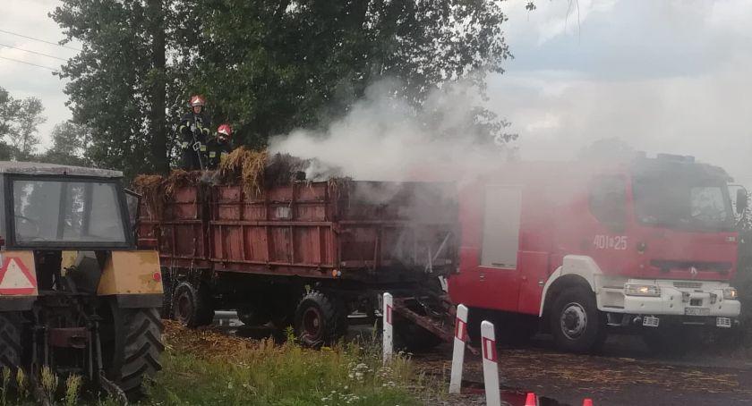 Wypadki drogowe, Ciągnik płonącą naczepą uderzył - zdjęcie, fotografia