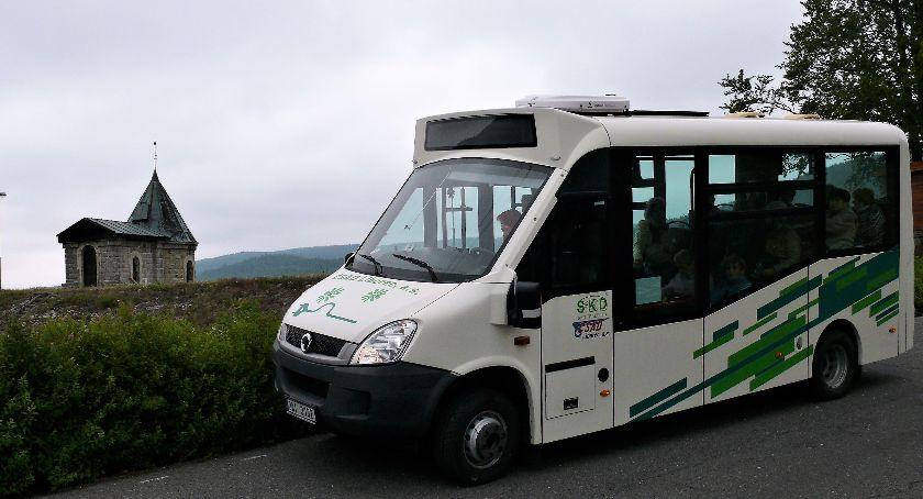 Turystyka, Przez Góry Izerskie elektrycznym busem - zdjęcie, fotografia