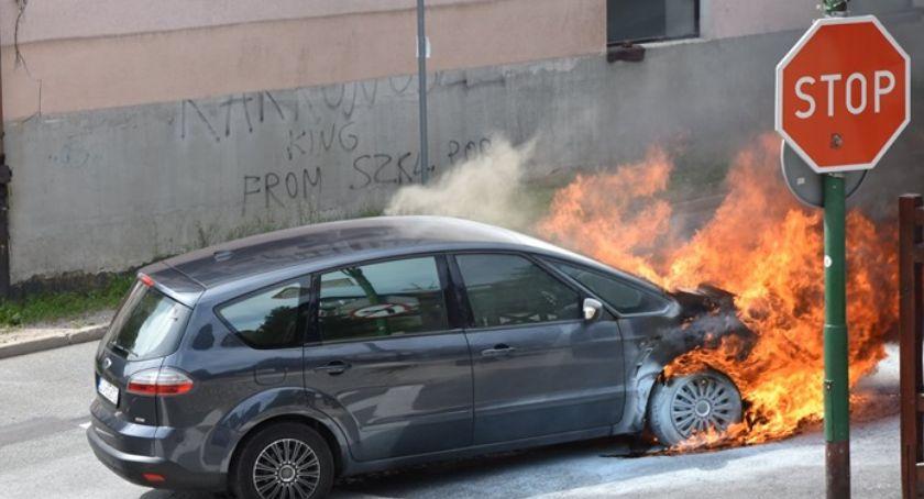Pożary, ulicy Szklarskiej Porębie spłonął samochód - zdjęcie, fotografia