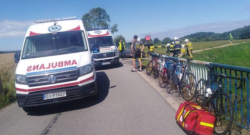 Wypadki drogowe, Dwóch rowerzystów potrąconych przez samochód Jeden przygnieciony przez ciężkim stanie - zdjęcie, fotografia