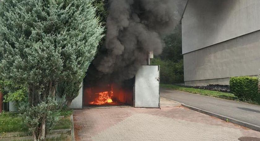 Pożary, Leśna garażu spłonął samochód - zdjęcie, fotografia