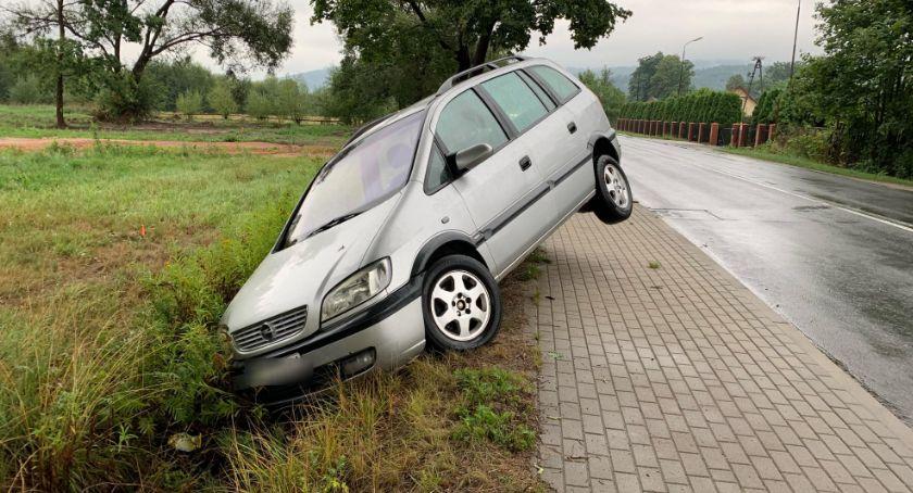 Wypadki drogowe, Samochód rowie Zagraża bezpieczeństwu - zdjęcie, fotografia