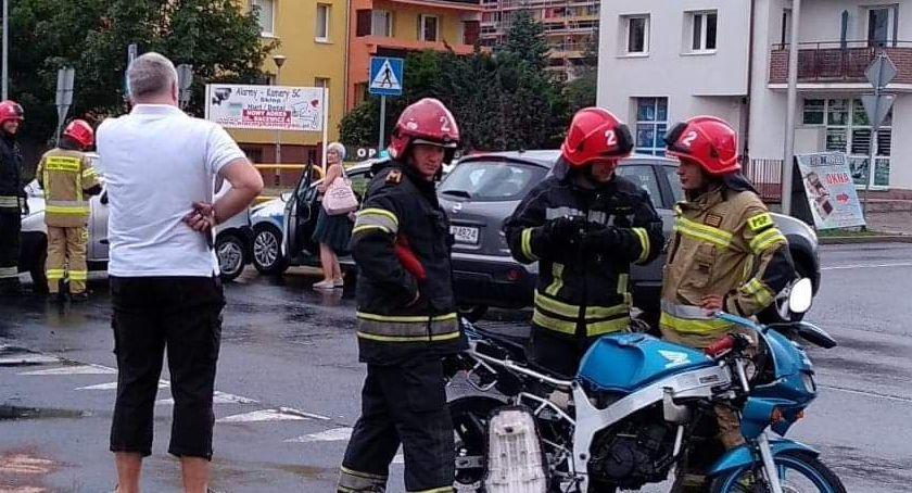Wypadki drogowe, Motocyklista szpitalu zderzeniu autem osobowym - zdjęcie, fotografia