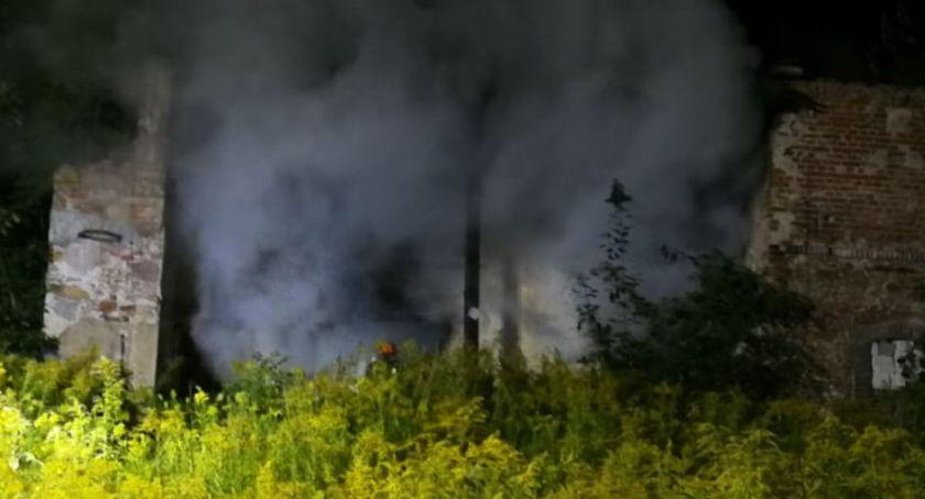 Pożary, Pożar pustostanu akcji kilka jednostek straży pożarnej - zdjęcie, fotografia