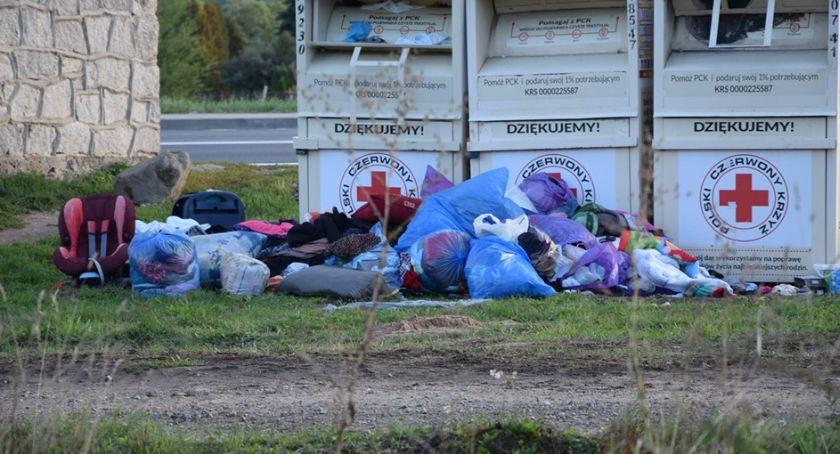 Absurdy, Ubrania kontenera rozrzucone drodze - zdjęcie, fotografia