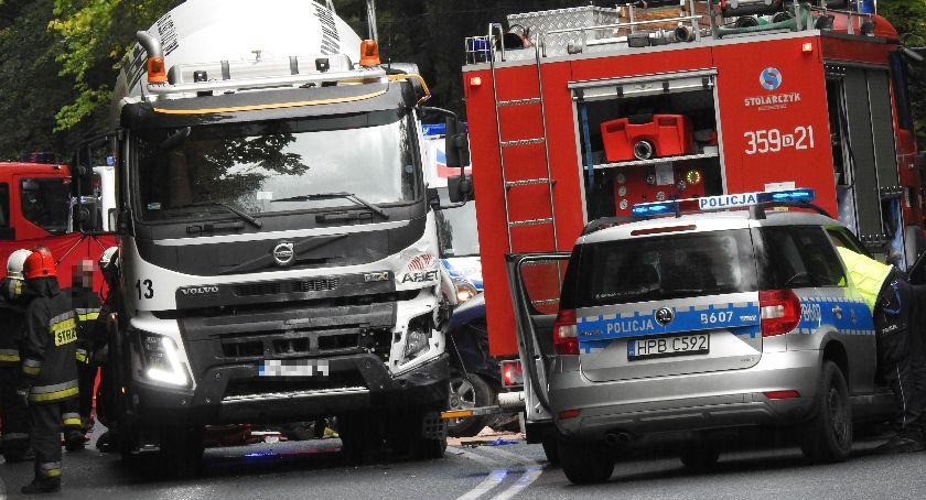 Wypadki drogowe, Wypadek Szklarską Porębą dramatyczna akcja ratunkowa droga całkowicie zablokowana - zdjęcie, fotografia