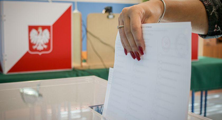 Samorząd, Wybory parlamentarne jeleniogórzanie głosują - zdjęcie, fotografia