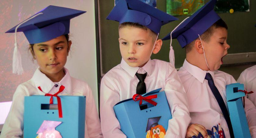 Edukacja, Pasowanie pierwszoklasistę - zdjęcie, fotografia