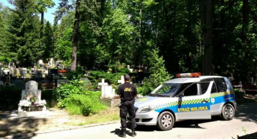 Interwencje, Strażnicy miejscy patrolują miejskie cmentarze - zdjęcie, fotografia