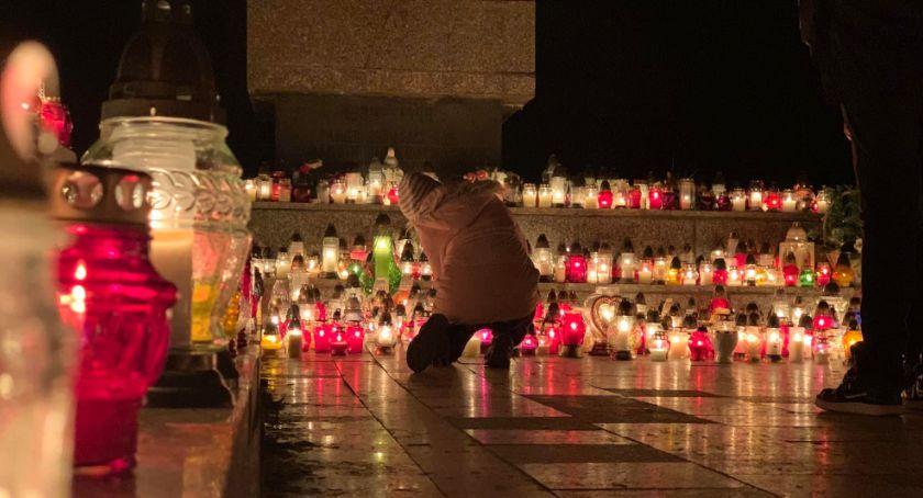 Ludzie, Wszystkich Świętych tłumy cmentarzach Jeleniej Górze - zdjęcie, fotografia