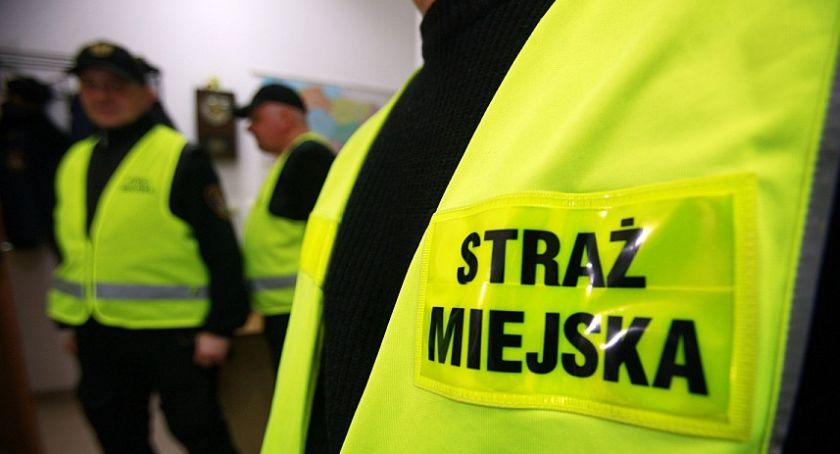Interwencje, Zniszczył lustro galerii wpadł ręce strażników miejskich - zdjęcie, fotografia