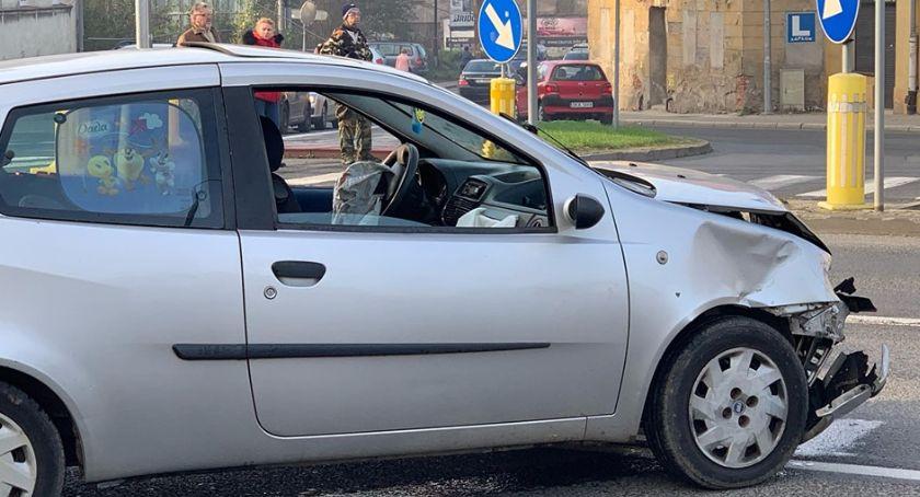 Wypadki drogowe, Zderzenie dwóch samochodów centrum miasta - zdjęcie, fotografia