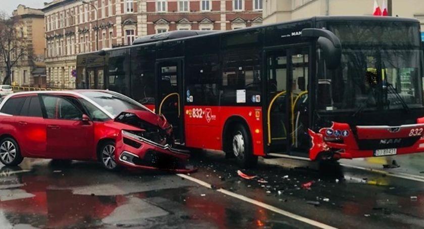 Wypadki drogowe, Zderzenie osobowego autobusem - zdjęcie, fotografia