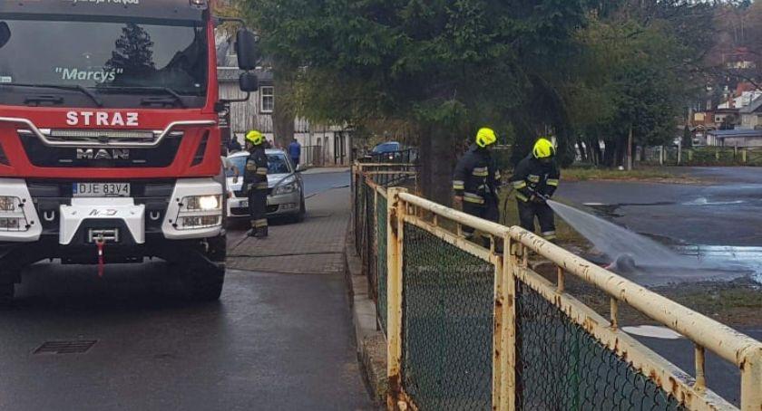 Pożary, Szklarska Poręba Kobieta wyniosła budynku płonącą butlę gazem - zdjęcie, fotografia