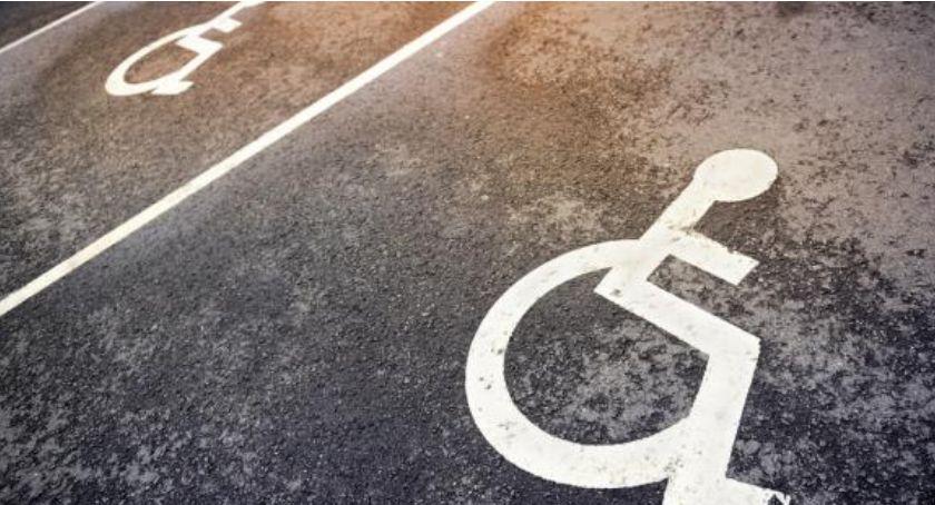 Komunikacja, Kierowcy wciąż parkują miejscach wyznaczonych niepełnosprawnych - zdjęcie, fotografia