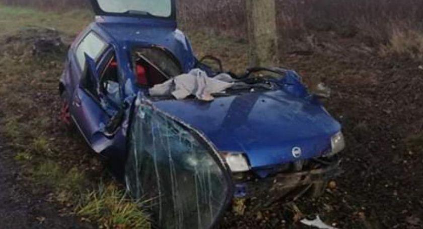 Wypadki drogowe, Samochód uderzył drzewo Kierująca trafiła szpitala - zdjęcie, fotografia