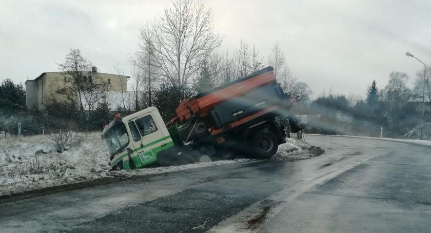 Utrudnienia w ruchu, Fatalne warunki drogach regionie Piaskarka rowie - zdjęcie, fotografia