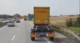 Kobieta podróżowała autostradą A4 na przyczepie ciężarówki