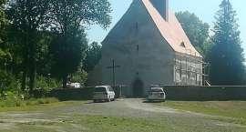 Wypadek w Niwnicach. Mężczyzna spadł z dachu kościoła.
