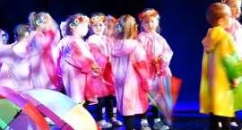 Energetyczne przedszkolaki na scenie.