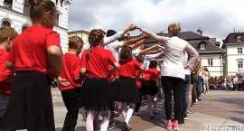 Uczniowie i przedszkolaki zatańczyli poloneza
