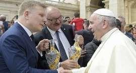 Kryształy z Huty Julia dla Papieża Franciszka