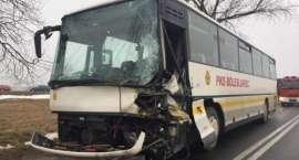 Koło Nowogrodźca autobus zderzył się z ciężarówką