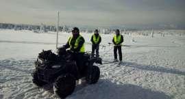 Policyjne patrole narciarskie dbają o bezpieczeństwo na stokach.