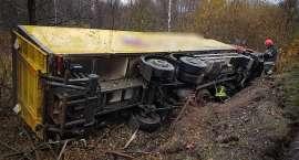 Ciężarówka w rowie. Trudne warunki na drogach.