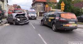 Zderzenie Renault i taksówki w Cieplicach. Trzy osoby w szpitalu! (VIDEO)